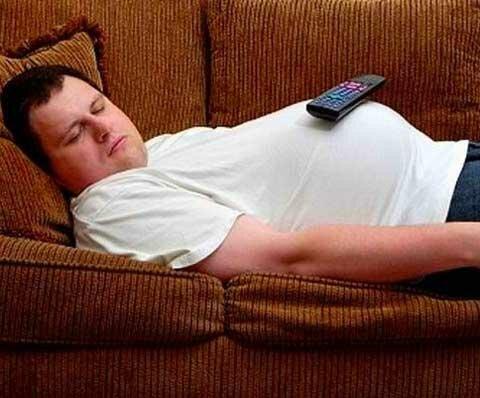 мужчина с животиком на диване