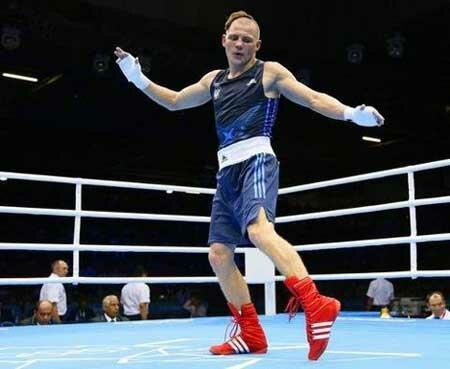 боксер танцует гопак