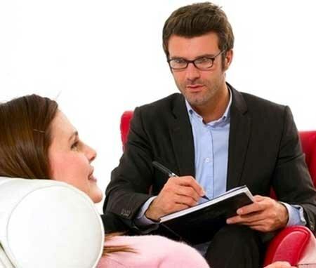 психолог в кабинете слушает клиента